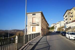 Intera palazzina di appartamenti e locali deposito in centro